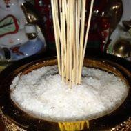 Thạch Anh Vụn Thô đặt ở trên bàn thờ